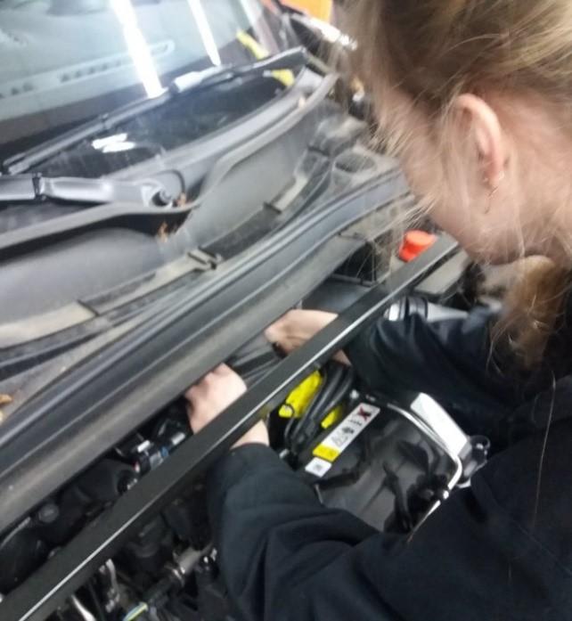 Autoa korjaamassa